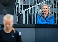 Den Bosch, Netherlands, 12 June, 2018, Tennis, Libema Open, Kiki Bertens (NED) is watched by Michaela Krajicek (NED)<br /> Photo: Henk Koster/tennisimages.com