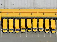 DHLFuhrpark: EUROPA, DEUTSCHLAND, HAMBURG, (EUROPE, GERMANY), 20.05.2012: DHL Fuhpark. - Aufwind-Luftbilder - Stichworte: Auto, Autos, Allermoehe, Deutschland, Fahrzeuge, Fuhrpark, Laster, Deutsche Post, Unternehmen, Wirtschaft, Gebrauchtwagen, Bus, Kleinbus, Reihe, warten, anstehen, Parkplatz, Schlange, farbig, Daecher, gelb, Flotte, Fuhrpark, Pause, Streik, stillegung, Leasing, DHL, gelb, Ueberblick, Uebersicht, Luftbild, Luftansicht, Air, Aufwind-Luftbilder