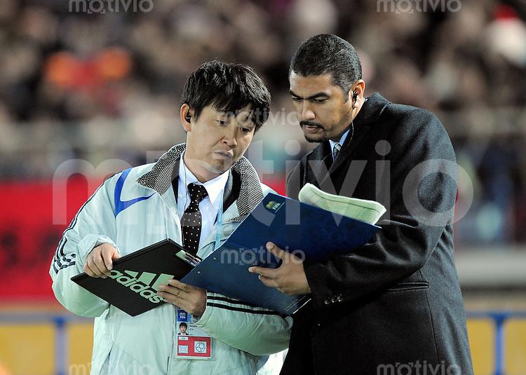 Fussball International FIFA Club WM Japan 2008     21.12.2008 Finale Liga de Quito - Manchester United Media-Officer Jermaine Craig (re)