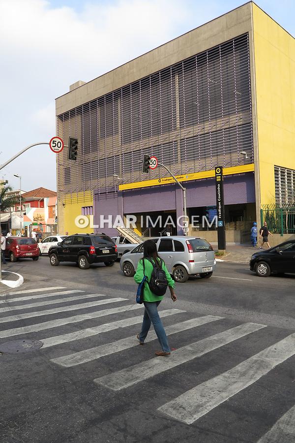 Faixa de pedestres e estação do metro Fradique Coutinho, São Paulo. Brasil. 2017. Foto de Juca Martins.