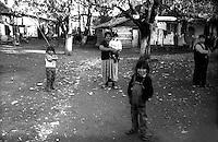 Kosovo Novembre 2000.?akovica (in serbo, in albanese Gjakovë).Villaggio  abitato da rom askalia.