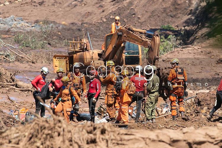 BRUMADINHO, MG, 30.01.2019: ROMPIMENTO DA BARRAGEM EM BRUMADINHO. Bombeiros e representantes de Israel (em verde) trabalham na escavação no local onde se encontram dois onibus,  apos desastre ambiental na represa da Cia Vale, em Corrego do Feijao-Brumadinho, região metropolina de Belo Horizonte, MG, na manhã desta quarta feira (30) (foto Giazi Cavalcante/Codigo19)