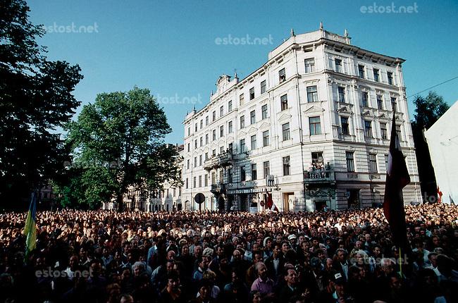 LETTLAND, 21.08.1991.Riga.Waehrend des Anti-Gorbatschow-Putsches versuchen sowjetische Truppen, die Kontrolle über Riga zu erhalten, mit dem Scheitern des Putsches gewinnt Lettland endgueltig seine Unabhaengigkeit. - Zehntausende Demonstranten versammelten sich am Parlament zur Siegeskundgebung..During the anti-Gorbachev-coup Soviet troops try to obtain control of Riga. With the failure of the coup Latvia finally regains its independence. - Tens of thousands of demonstrators gathered at the national parliament to proclaim their victory..© Martin Fejer/EST&OST