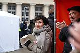 """Renata Kim geht auf jede Demonstration gegen die neue national-konservative Regierung. Die zierliche Journalistin, die als Redakteurin für die polnische Ausgabe der """"Newsweek"""" arbeitet, ist in der Medienszene gut vernetzt. 7 Demonstration gegen das neue Mediengesetz in Polen am 09.01. in Warschau"""