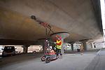 HOUTEN - In het centrum van Houten werken medewerkers van Vloerprobleem op arbo-vriendelijke wijze aan het schuren van de betonnen plafonds van het NS-station. Met hulp van een industriële stofzuiger op een kar en een scharnierende arm ter ondersteuning van de schuurmachine met diamantsegmenten, wordt het plafond geheel stofvrij geschuurd. Naast het schuren van 3.000 m2 plafonds is ook betonnen wand geschuurd en uitgevlakt, zodat daarop een kunstwerk op geplaatst kan worden. COPYRIGHT TON BORSBOOM