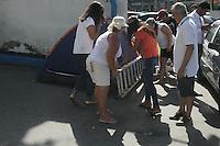 RIO DE JANEIRO, RJ, 10.02.2017 - SEGURANÇA-RJ - Mulheres de policiais militares do 16º Batalhão em Olária, na zona norte do Rio de Janeiro, protestam em frente ao portão da corporação, na manhã desta sexta-feira, 10. Familiares de policiais militares do Rio de Janeiro protestam em cerca de 10 unidades da PM em todo o Estado, nesta manhã. (Foto: Celso Barbosa/Brazil Photo Press)