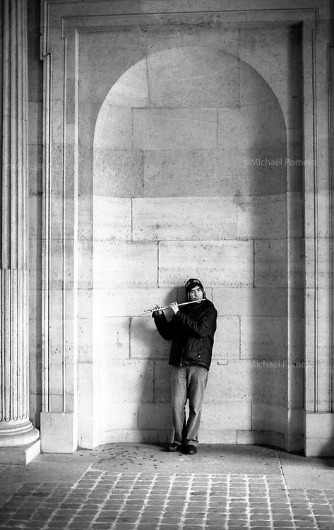 Paris (&icirc;le de france)<br /> <br /> Homme jouant de la fl&ucirc;te pr&egrave;s du mus&eacute;e du Louvre.<br /> <br /> Man playing flute near Louvre museum.