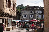 Europe/Europe/France/Midi-Pyrénées/46/Lot/Saint-Céré: Marché sur la Place du Mercadial en fond  les Tours de Saint-Laurent