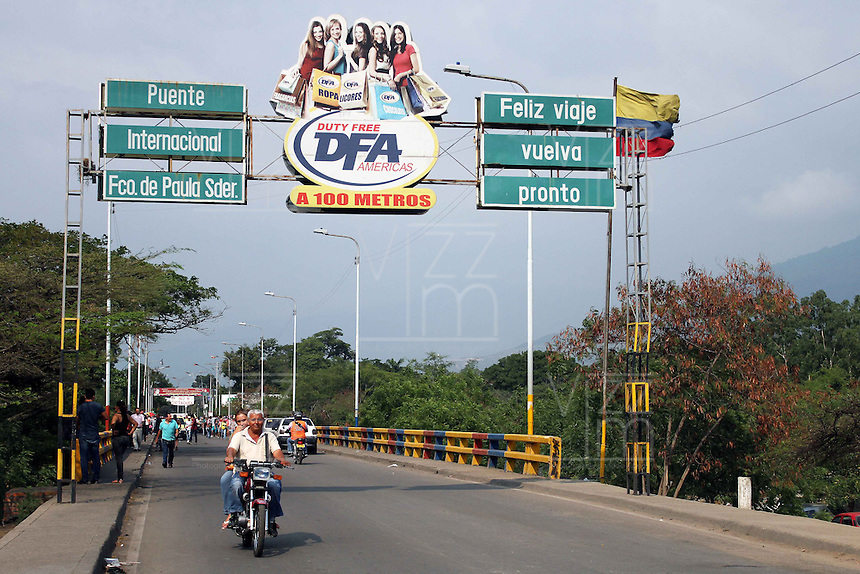 CÚCUTA -COLOMBIA, 19-02-2014.  El Puente Internacional Francisco de Paula Santander en la frontera de Cucuta, Colombia con Ureña, Venezuela se mantiene cerrado a causa de las protestas de la oposición al gobierno de Maduro en Venezuela./ The International bridge on the border of Cucuta, Colombia with Ureña, Venezuela is kept closed because the oposition protest against Maduro government in Venezuela. Photo: VizzorImage/Manuel Hernandez/STR