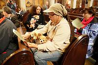 Nederland  Amsterdam 2016. Dierendag 4 oktober. Mensen laten hun huisdier zegenen in de Vredeskerk.  Foto Berlinda van Dam / Hollandse Hoogte