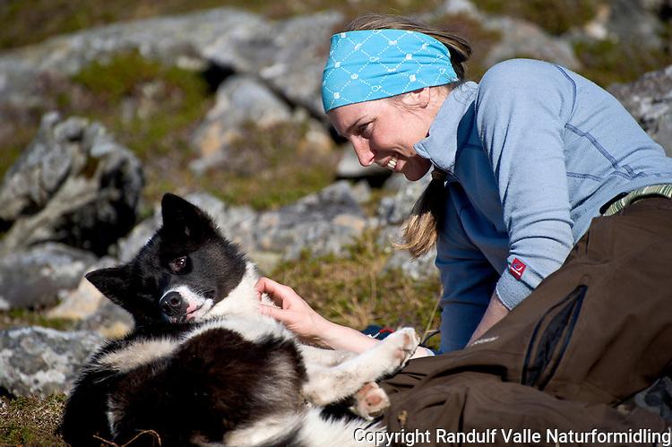 Dame og grønlandshund. ---- Woman and greenland dog.