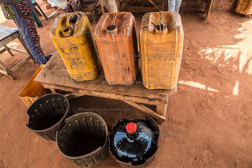 Vendita di benzina di contrabbando, negozio, taniche e damigiane. Smiggling Oil shop Traffico illegale benzina dalla Nigeria al Benin