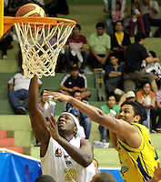 BUCARAMANGA -COLOMBIA, 07-05-2013. Jason Edwin (I) de Búcaros trata de anotar sobre la marca de Divier Pérez Solano (D) de Bambuqueros durante partido de la fecha 12 fase II de la  Liga DirecTV de baloncesto Profesional de Colombia realizado en el coliseo Vicente Díaz Romero en Bucaramanga./ Jason Edwin (L) of Bucaros tries to score over the mark of Stalin Ortiz (R) of Bambuqueros during match of the 12th date phase II of  DirecTV professional basketball League in Colombia at Vicente Diaz Romero coliseum in Bucaramanga . Photo:VizzorImage / Jaime Moreno / STR