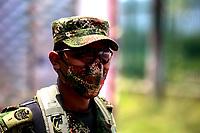 TUNJA-COLOMBIA, 27-04-2020: Soldado del Ejercito Nacional usando tapabocas, durante el aislamiento preventivo obligatorio para prevenir la propagación de la pandemia del COVID 19. / National Army soldier wearing face masks, during mandatory preventive isolation to prevent the spread of the COVID 19 pandemic. / Photo: VizzorImage /Darlin Bejarano / Cont.