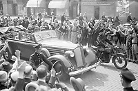 Photo from the NIOD's Huizinga collection. Entry of Queen Wilhelmina to The Hague by open car with result, seen on the corner of Javastraat-Alexanderstraat.