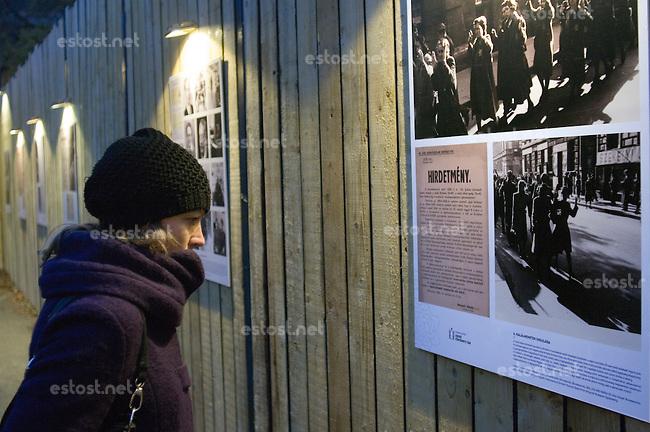 UNGARN, 11.2014. Budapest - VII. Bezirk. Temporaere Ausstellung auf dem Klauzál tér zum Gedenken des von den ungarischen Pfeilkreuzler-Nazis im November 1944 eingerichteten Ghettos im alten Juedischen Viertel der Elisabethstadt (Erzsébetváros). Auf dem Platz wurden die Toten zusammengetragen, es entstanden mehrere Massengraeber. Im Aussenbereich der Ausstellung wird mit historischen Fotos die Geschichte des Ghettos erzaehlt.   Temporary exhibition on Klauzal square commemorating the ghetto erected in November 1944 by the the Hungarian Arrowcross nazis in the old Jewish quarter of the Elizabethtown district. To this square all corpses were brought, it was the place of several mass graves. In the outside part of the exhibition the history of the ghetto is told in original photographs. © Martin Fejér/EST&OST.