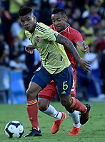 BOGOTA - COLOMBIA, 03-06-2019: Wilmar Barrios jugador de Colombia disputa el balón con Jose Luis Rodriguez jugador de Panamá durante partido amistoso entre Colombia y Panamá jugado en el estadio El Campín en Bogotá, Colombia. / Wilmar Barrios player of Colombia fights the ball with Jose Luis Rodriguez player of Panama during a friendly match between Colombia and Panama played at Estadio El Campin in Bogota, Colombia. Photo: VizzorImage/ Gabriel Aponte / Staff