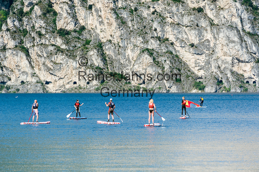 Italy, Trentino, Lake Garda, Torbole: Stand-Up-Paddling on Northern part of lake Garda | Italien, Trentino, Gardasee, Torbole: wenn der Ora und der Pelér Pause machen, ist der Nordteil des Sees auch für Anfänger im Stand-Up-Paddling ein beliebtes Gebiet