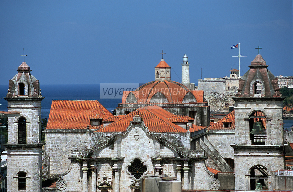 Cuba/La Havane: La cathédrale San Cristobal et le Castillo del Morro vu depuis la terrasse de l'hôtel Ambos Mundos, Obispo y Mercaderes, Habana Vieja