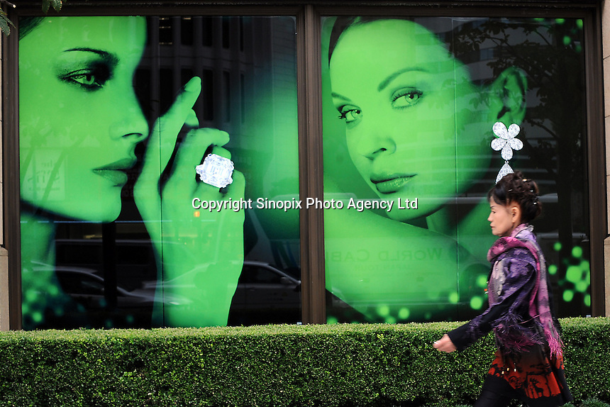 A jewellers advertises diamonds in Ginza, Tokyo, Japan..20-Oct-11..Richard Jones/ Sinopix.............
