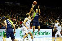 GRONINGEN - Basketbal, Donar - ZZ Leiden, Martiniplaza,  Dutch Basketball League, seizoen 2017-2018, 09-12-2017,  Leiden speler Worthy de Jong legt aan voor een schot