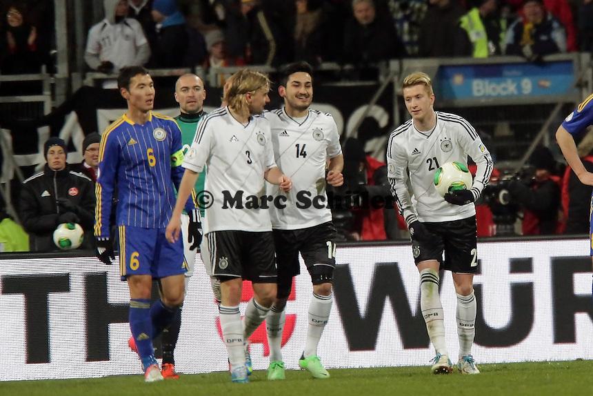 Ilkay Guendogan (D) jubelt ueber sein Tor zum 3:0, Marco Reus (D) mit dem Ball