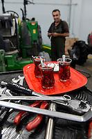 TURKEY Manisa, John Deere Distributor, tractor workshop, teatime / TUERKEI Manisa, John Deere Haendler, Traktoren Werkstatt, ohne Tee geht nichts
