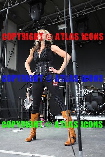 LORRAINE LEWIS, LIVE, MONSTERS OF ROCK, 2013, NEIL ZLOZOWER