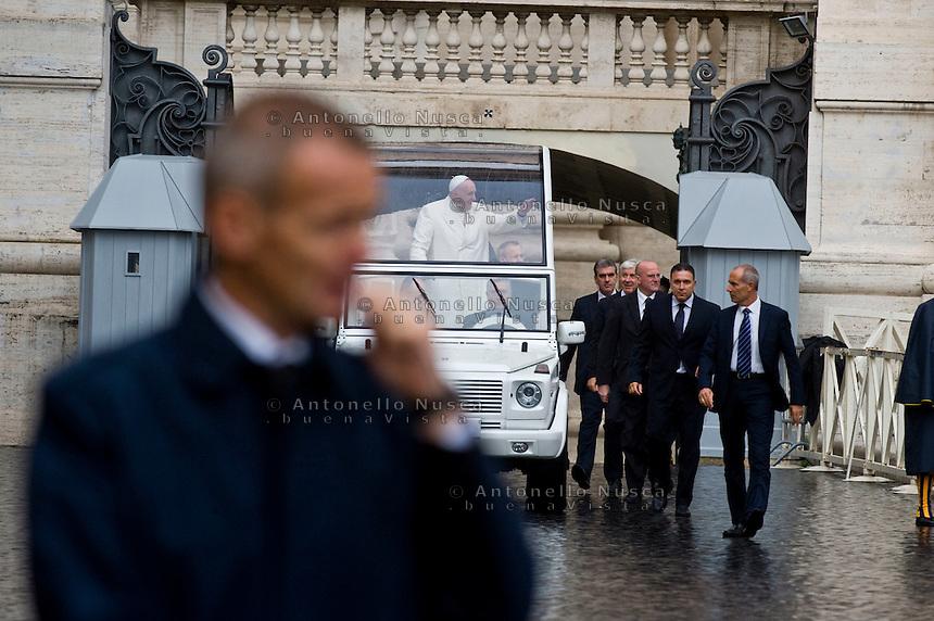 Papa Francesco arriva in Piazza San Pietro scortato da uomini della sicurezza