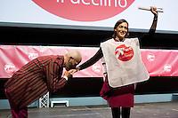 """Milano: Oscar Giannino fa il baciamano a Silvia Enrico durante l'Anti-meeting. L'evento è stato organizzato da """"Fare per Fermare il Declino"""", il movimento politico fondato da Oscar Giannino ed economisti."""