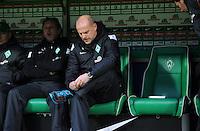 FUSSBALL   1. BUNDESLIGA    SAISON 2012/2013    12. Spieltag   SV Werder Bremen - Fortuna Duesseldorf               18.11.2012 Zu Beginn des Spiels ist der Platz neben Thomas Schaaf fuer einen kurzen Moment verwaist.