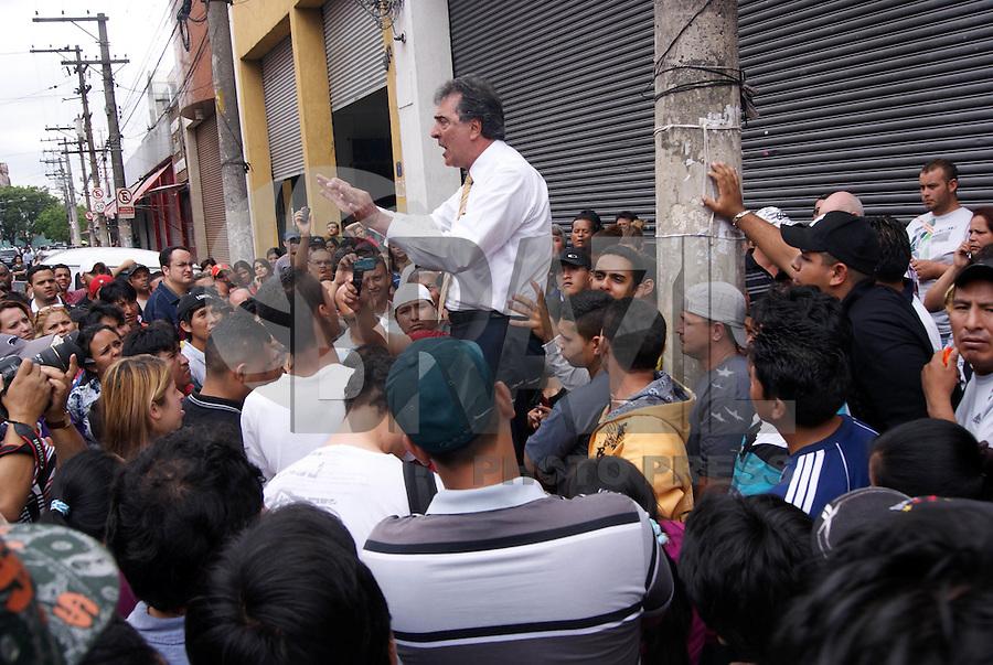 SAO PAULO, SP, 26 DE OUTUBRO DE 2011 - CAMELOS CONFRONTO BRAS - O vereador Adilson Amadeu recebem reinvidicações dos camelôs que voltaram a protestar no início da manhã de hoje (26) nas proximidades da feirinha da madrugada no Brás, região central de São Paulo. Os camelôs, que ontem (25) entraram em confronto com a PM, reuniram-se nesta madrugada novamente no Brás, a maioria na Rua Oriente, região central da capital. Em maior número que ontem, eles iniciaram uma caminhada até a Avenida do Estado. (FOTO: DEBBY OLIVEIRA - NEWS FREE).