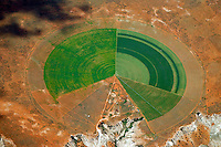 Felder im Kreis am Oranje: AFRIKA, SUEDAFRIKA, 11.01.2014: Felder im Kreis am Oranje. Bewaesserung von grossen Flaechen in der Wueste Karoo
