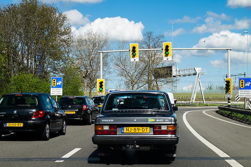 Nederland, Amsterdam, 30 april 2015<br /> Toeritdoseerinstallatie. Stoplicht reguleert de hoeveelheid auto's die de snelweg op kunnen. Dit voorkomt filevorming <br /> <br /> Foto: Michiel Wijnbergh