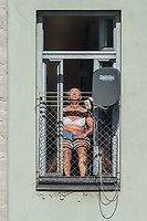 Eine Frau nimmt waehred der Ausgangsbeschraenkungen Aufgrund der Covid-19-Pandemie ein Sonnenbad am Fenster.<br /> 10.4.2020, Berlin<br /> Copyright: Christian-Ditsch.de<br /> [NUR FUER REDAKTIONELLE ZWECKE! Werbung nur auf Anfrage beim Fotografen. Inhaltsveraendernde Manipulation des Fotos nur nach ausdruecklicher Genehmigung des Fotografen. Vereinbarungen ueber Abtretung von Persoenlichkeitsrechten/Model Release der abgebildeten Person/Personen liegen nicht vor. NO MODEL RELEASE! Don't publish without copyright Christian-Ditsch.de, Veroeffentlichung nur mit Fotografennennung, sowie gegen Honorar, MwSt. und Beleg. Konto: I N G - D i B a, IBAN DE58500105175400192269, BIC INGDDEFFXXX, Kontakt: post@christian-ditsch.de<br /> Bei der Bearbeitung der Dateiinformationen darf die Urheberkennzeichnung in den EXIF- und  IPTC-Daten nicht entfernt werden, diese sind in digitalen Medien nach §95c UrhG rechtlich geschuetzt. Der Urhebervermerk wird gemaess §13 UrhG verlangt.]