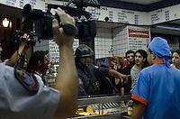 SAO PAULO, 11 DE JUNHO DE 2013 - PROTESTO AUMENTO TARIFA - Pessoas se aglomeram dentro de um bar na Praça da Sé, encurralados pela tropa de choque da PM na noite desta terça feira, 11, durante protesto contra o aumento da tarifa do transporte publico, na região central da capital. (FOTO: ALEXANDRE MOREIRA / BRAZIL PHOTO PRESS)
