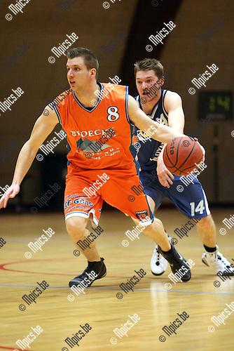 2010-02-13 / Basketbal / seizoen 2009-2010 / Brabo - Technico / Van Marsenille (Brabo) zit Gilis op de hielen..Foto: mpics