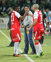 MEDELLÍN -COLOMBIA, 14-07-2013. Jefferson Cuero (Izq) y Omar Pérez (Der) del Independiente Santa Fe se felicitan luego de su empate contra Atlético Nacional. Primer partido de la final de la Liga Postobón  entre Atlético Nacional e Independiente Santa Fe , jugado en el estadio Atanasio Girardot de la ciudad de Medellín ./ Jefferson Cuero (L) and Omar Perez (Der) of Independiente Santa Fe is congratulated after his draw against Atletico Nacional. First game of Postobón League final between Atletico Nacional and Independiente Santa Fe, he played in the Atanasio Girardot stadium in Medellin<br />