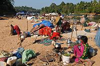 INDIA Karnataka Moodbidri , fishing nomads at river Phalguni, women prepare food / INDIEN Karnataka Moodbidri , wandernde Fischer Familien am Fluss Phalguni, Frauen bereiten Essen zu