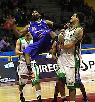 BOGOTA -COLOMBIA- 23 -11--2013. Le Monte (Izq) de Guerreros de Bogota disputa el balon con Triana de Academia de La Montaña   , juego correspondiente al partido entre  Guerreros de Bogota y Academia de la Montaña , segundo encuentro  de la final  de la Liga Directv de Baloncesto disputado en el coliseo El Salitre   / Le Monte (L)  of Guerreros of  Bogota dispute the ball with Triana Academia de la Montaña  playing for the Guerreros  match between  and Academia de la Montña , second match of the final of the Directv Basketball League played at the Coliseum El Salitre .Photo: VizzorImage / Felipe Caicedol / Staff