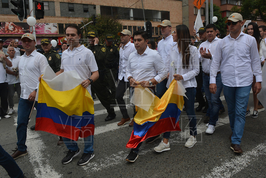 MEDELLIN - COLOMBIA, 20-01-2019: Como consecuencia del atentado, con un carro bomba contra la Policía Nacional,, del pasado jueves 17 de enero, se lleva a cabo hoy, 20 de enero de 2019, la marcha nacional contra el terrorismo en Colombia.La movilización se realiza por las principales las calles de la ciudad de Medellín. / As a result of the attack with a Bomb car against National Police of Colombia, on Thursday, January 17, hundred of Colombians go to the streets today, January, 20, 2019, to participate in a National March rejecting terrorism. The party take place in the streets of Medellin city. Photo: VizzorImage / Leon Monsalve / Cont.