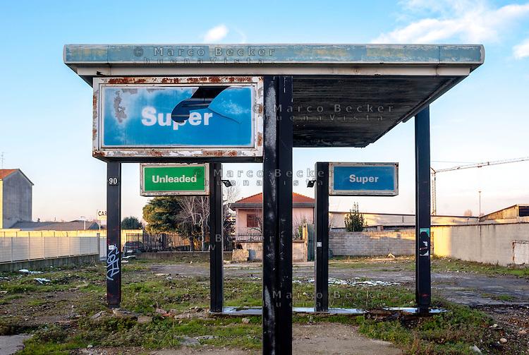 Milano, quartiere Bovisasca, periferia nord. La struttura di un distributore di carburante in disuso e abbandonato --- Milan, Bovisasca district, north periphery. The build of a disused and abandoned petrol station