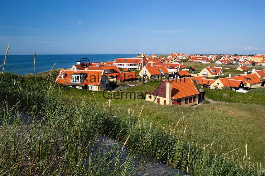 Denmark, Jutland, Gammel Skagen: View over sand dunes to Gammel Skagen and Skagerrak sea | Daenemark, Juetland, Gammel Skagen: Ferienort am Skagerak