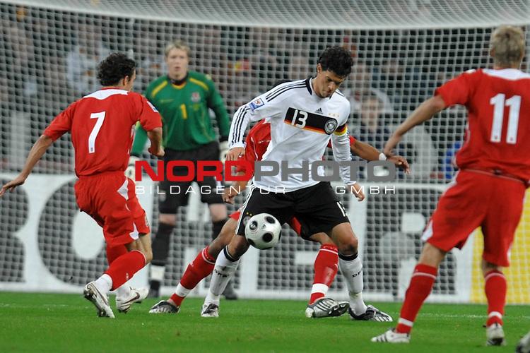 Fu&szlig;ball, L&auml;nderspiel, WM 2010 Qualifikation Gruppe 4 in M&ouml;nchengladbach ( Borussia Park ) <br />  Deutschland (GER) vs. Wales ( GB )<br /> <br /> Michael Ballack (Ger /  Chelsea London #13) gegen Simon Davies (Wales #07) und David Edwards (Wales #11)<br /> <br /> Foto &copy; nph (  nordphoto  )<br />  *** Local Caption ***
