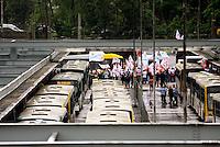 SAO PAULO,SP - 05.11.14 - PROTESTO/MOTORISTA - Terminal Dom Pedro II. O Sindicato dos Motoristas e Trabalhadores em Transporte Rodoviário Urbano (Sindmotoristas)  interrompe a circulação dos ônibus da capital paulista nesta quarta-feira (5), entre 10h e 14h, para protestar contra a violência enfrentada pela categoria nos coletivos.( Foto: Aloisio Mauricio / Brazil Photo Press )