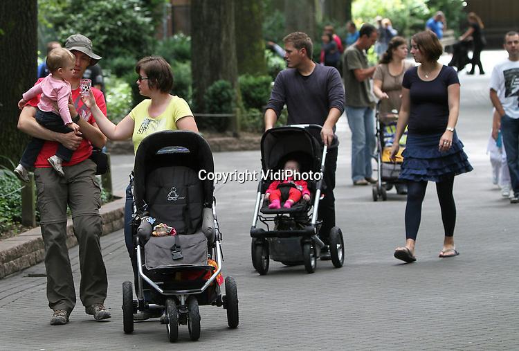 Foto: VidiPhoto..ARNHEM - Bezoekers in de dierentuin van Burgers' Zoo in Arnhem..