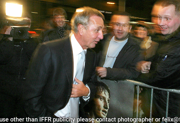 Rotterdam, 29-01-2004.International Film Festival Rotterdam IFFR.Johan Cruijff arriveert bij de premiere van En Un Momento Dado, film van Ramon Gieling..Luxor bioscoop..Foto Felix Kalkman Copyright and ownership by photographer. FOR IFFR USE ONLY. Not to be redistributed in any form. Copyright and ownership by photographer. FOR IFFR USE ONLY. Not to be (re-)distributed in any form.