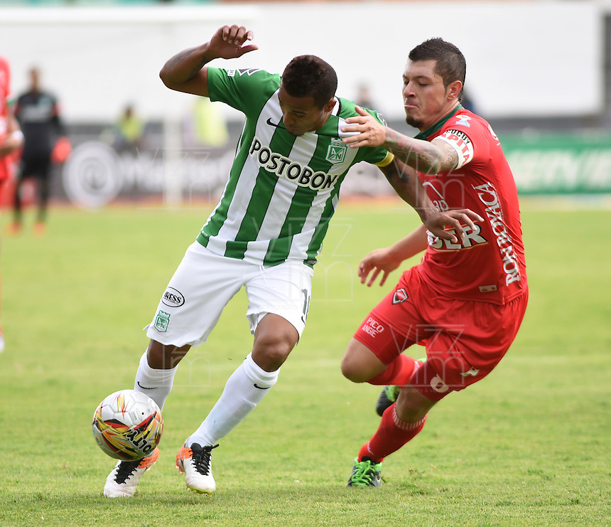 TUNJA -COLOMBIA-15-MAYO-2016. Macnelly Torres (Izq.) de Nacional  disputa el balón con Patriotas FC  durante partido por la fecha 18 de Liga Águila I 2016 jugado en el estadio La Independencia./  Macnelly Torres of Nacional  fights the ball against Patriotas FC during the match for the date 18 of the Aguila League I 2016 played at La Independencia stadium in Tunja. Photo: VizzorImage / César Melgarejo  / Contribuidor