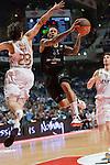 DAVID MOSS / MONTEPASCHI SIENA vuela hacia el aro defendido por LLULL. REAL MADRID - MONTEPASCHI SIENA. Euroleague 2012. 25 Enero,Palacio de los Deportes.