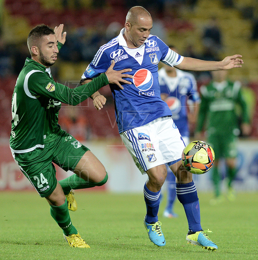 BOGOTÁ -COLOMBIA, 20-11-2013. Mayer Candelo (Der.) jugador de Millonarios disputa el balón con Luis Calderon (Izq.) jugador de Deportivo Cali durante partido por la fecha 2 de los cuadrangulares finales de la Liga Postobón  II 2013 jugado en el estadio Nemesio Camacho el Campín de la ciudad de Bogotá./ Mayer Candelo (R) player of Millonarios fights for the ball with Luis Calderon (L) player of Deportivo Cali during match for the 2nd date of final quadrangulars of the Postobon  League II 2013 played at Nemesio Camacho El Campin stadium in Bogotá city. Photo: VizzorImage/Gabriel Aponte/STR
